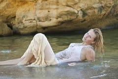 Menina Redheaded em um t-shirt branco molhado Foto de Stock Royalty Free