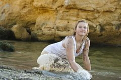Menina Redheaded em um t-shirt branco molhado Imagem de Stock
