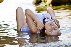 Menina Redheaded em um t-shirt branco molhado Imagens de Stock Royalty Free