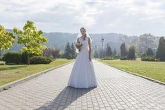 Menina Redheaded no vestido longo branco sob o céu aberto Imagem de Stock