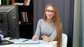 A menina redige dados ao jornal no escritório vídeos de arquivo