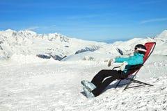 A menina relaxa em montanhas nevado Fotos de Stock Royalty Free