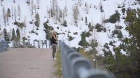 Menina relaxado do moderno que aprecia Mountain View filme