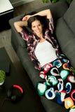 Menina relaxado que descansa no sofá em casa Fotos de Stock