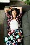 Menina relaxado que descansa no sofá em casa Imagens de Stock