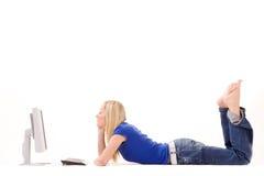 Menina Relaxed que usa o computador Fotografia de Stock Royalty Free