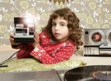 Menina retro da foto da câmera no quarto do vintage foto de stock
