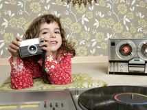 Menina retro da foto da câmera no quarto do vintage imagem de stock royalty free