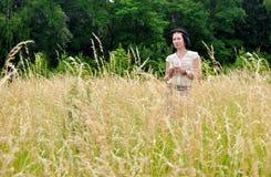 Menina retro no campo de trigo Imagem de Stock