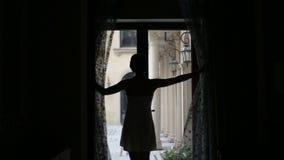 A menina rica bonita acorda e para fora na jarda para algum ar fresco seqüência vídeos de arquivo