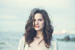 Menina romântica com cabelo longo de Brown Mulher bonita imagens de stock royalty free