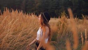 Menina romântica da beleza fora Menina modelo consideravelmente adolescente que aprecia a natureza Menina o campo na luz de Sun C filme