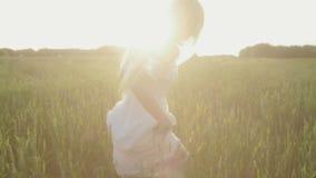 Menina romântica da beleza que corre no campo vídeos de arquivo