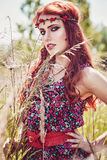 Menina romântica da hippie fora no verão foto de stock