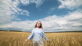 Menina romântica fresca da beleza fora nave Por do sol Jovem mulher modelo bonita com cabelo longo em um sorriso do campo cute video estoque