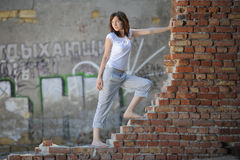 Menina romântica que está em uma parede de tijolo Imagens de Stock Royalty Free