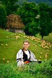 Menina romena nova que sorri, casa velha do pastor no fundo imagens de stock