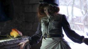 A menina ruivo alegre anda no celeiro velho para uma abóbora Antecipação de um milagre Feriado de Dia das Bruxas filme