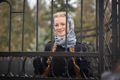 Menina ruivo bonita atrás da cerca forjada fotos de stock royalty free