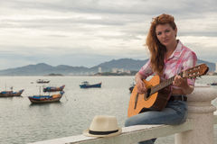 Menina ruivo bonita com uma guitarra Fotos de Stock