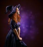Menina ruivo bonita na bruxa dos trajes Fotografia de Stock