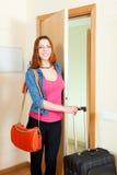 Menina ruivo bonito positiva com bagagem na casa que vai no holi Foto de Stock
