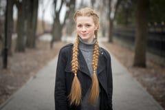 Menina ruivo com mola das tranças na natureza fotografia de stock royalty free