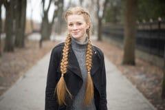 Menina ruivo com mola das tranças na natureza imagens de stock royalty free