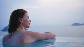 Menina ruivo no oceano de observação da piscina video estoque