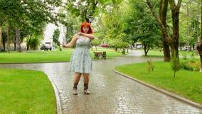 Menina ruivo que dança estranhamente no parque filme