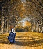 Menina Running vestida em um retro-estilo Fotografia de Stock