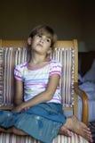 Menina séria bonito pequena oito anos velha Imagem de Stock