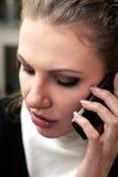 A menina séria fala no telefone Fotografia de Stock Royalty Free