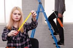 Menina séria que realiza em suas mãos que constroem a roleta Imagens de Stock