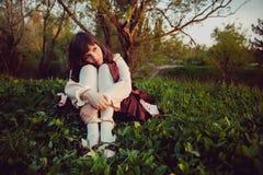 Menina só bonita em um vestido do vintage pensive Nivelando a tristeza imagens de stock royalty free
