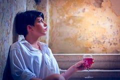 Menina só bonita que senta-se nas etapas Imagens de Stock Royalty Free