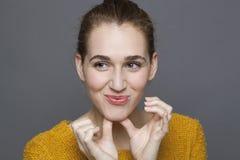 Menina 20s bonita que sorri para o bem estar e a serenidade Fotografia de Stock Royalty Free
