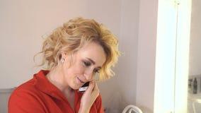 a menina 20s está falando no telefone que sorri e que ri video estoque