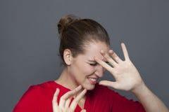 Menina 20s fóbica para o conceito negativo dos sentimentos Imagem de Stock