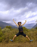 A menina salta alegre no trajeto de floresta do outono Imagens de Stock Royalty Free