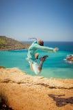 A menina salta no ar Fotos de Stock