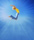 A menina salta no céu Fotos de Stock Royalty Free