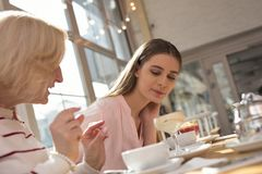 Menina satisfeita que tem o almoço com sua avó Fotos de Stock