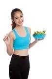 A menina saudável asiática bonita aprecia comer a salada Imagens de Stock Royalty Free