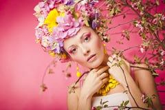 A menina saudável bonita com mola floresce a coroa Fotografia de Stock