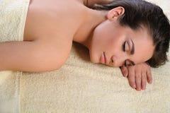 Menina saudável que descansa após procedimentos dos termas fotos de stock royalty free