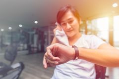 Menina saudável que olha o bracelete esperto da saúde do perseguidor da aptidão fotos de stock royalty free