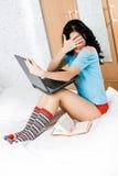 Menina Scared com um portátil foto de stock