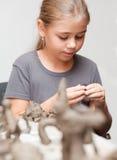 A menina sculpts Fotos de Stock