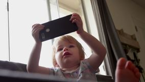 A menina segura o celular e sorri filme